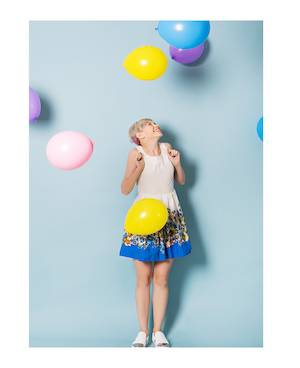 WebCasting: Young girl seems happy - looks at balloons above her head.
